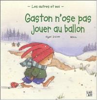 Gaston n'ose pas jouer au ballon